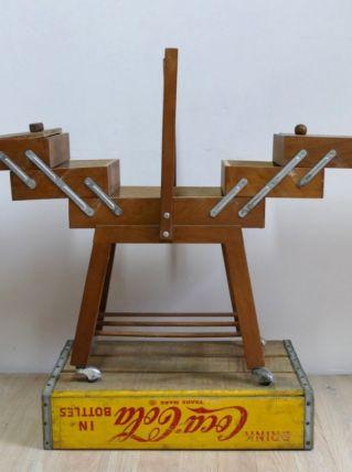 Travailleuse en bois avec roulettes