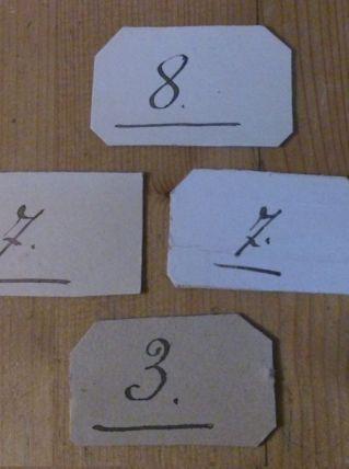 4 cartons de vestiaire chiffres écrit à la plume