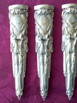 3 décorations de pied de meuble Bronze doré Hauteur 23 cm