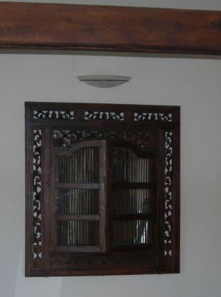 Très grand miroir style colonial en bois sculpté