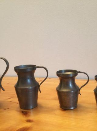 4 pots en étain avec anse