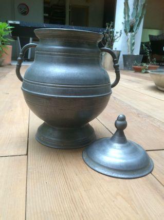Pot en métal avec couvercle