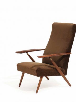 Un fauteuil avec structure en hêtre teinté