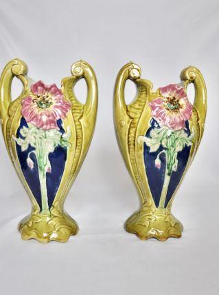 Paire de vases fleuris en barbotine