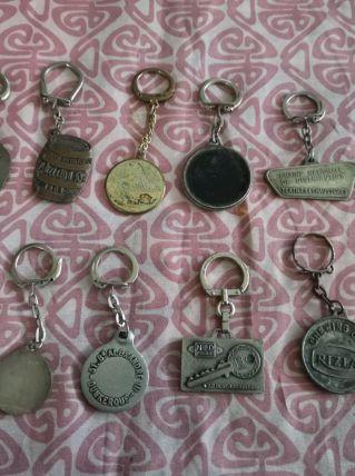 LOT 12 porte-clefs anciens  en métal