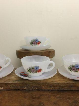 4 Tasses à thé/café en Arcopal des années 1970 avec soucoupe