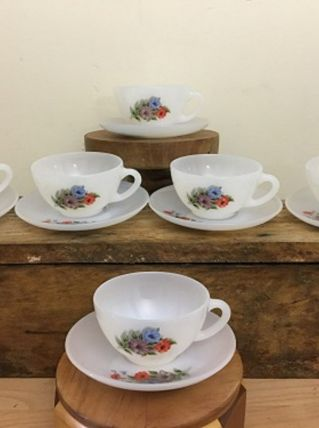 6 Tasses à thé/café  en Arcopal des années 1970 avec soucoup