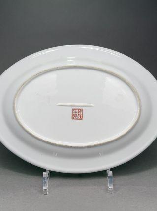 Plat ovale en porcelaine de Chine décor paon et fleurs