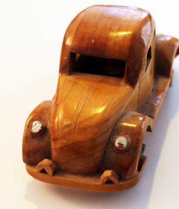Petite voiture ancienne en bois