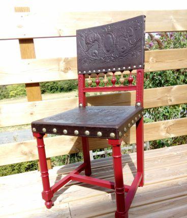Chaise fauteuil de style Henri II revisitée, relookée avec bois tourné et cuir gaufré, couleur rouge, recyclage