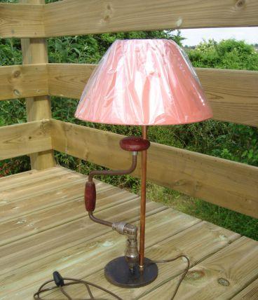 """lampe à poser,  outil détourné,  création luminaire """"vilebrequin"""" par détournement, recyclage"""