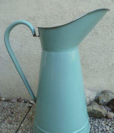 Broc à eau ancien en métal émaillé , vintage