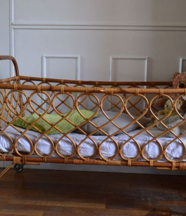 Très joli lit d'enfant en rotin - vintage