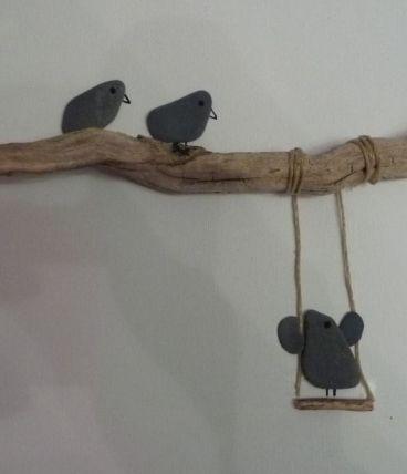 cadre oiseau balançoire en cailloux de plage et bois flotté