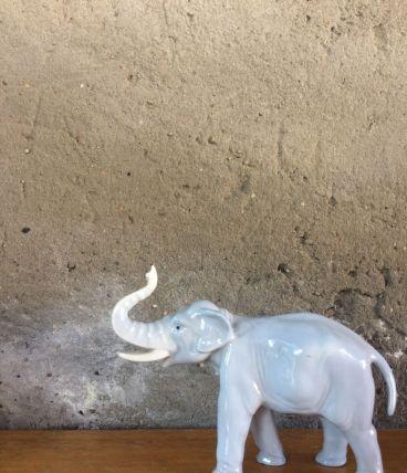 Statuette en forme d'éléphant en porcelaine déco