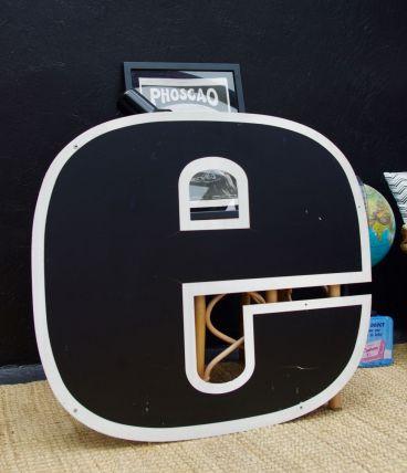 Grande lettre E style industriel