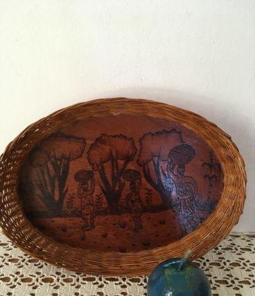 Plateau en osier et bois vernis avec dessins africains.