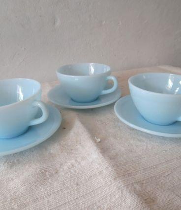tasses bleu lagon avec soucoupes
