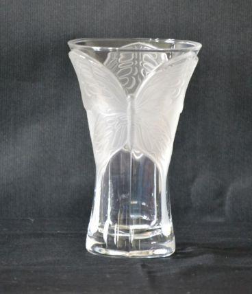 Vase en verre dépoli au motif de papillon en relief