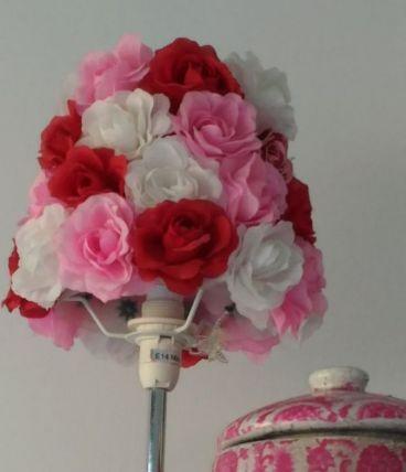 Lampe fleurie tons roses éclairage chaleureux