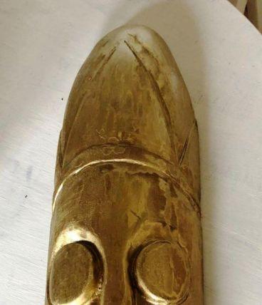 Masque africain repeint en doré