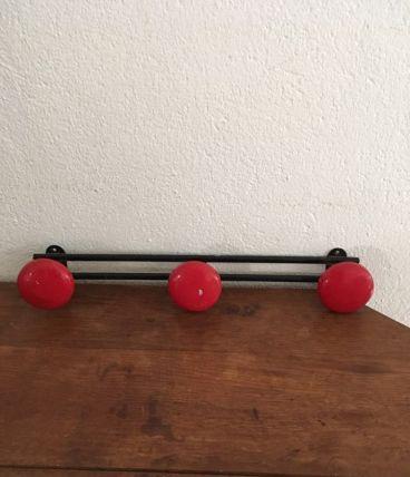 Patère trois tetes rouges en acier des années 60.