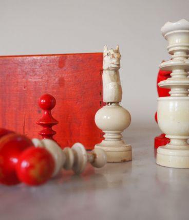 Pions d'échecs et boîte en bois