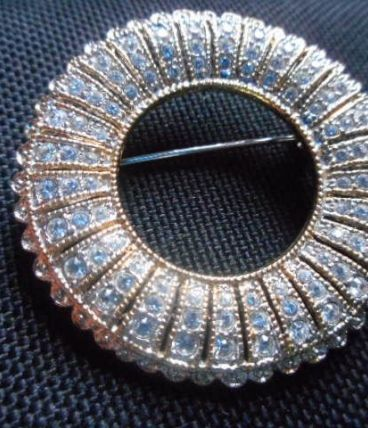 Broche couronne brillants