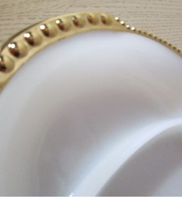 Plat de service en opaline, Made in USA