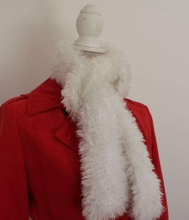 Echarpe blanche à poils, tricotée main
