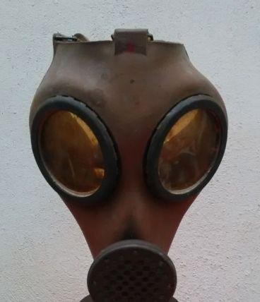 Masque à gaz et son étui en tôle (39-45)