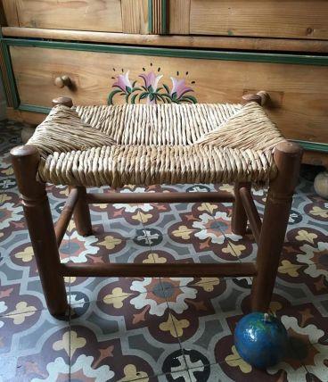 Tabouret bohème ou petit banc à l assise paillée.