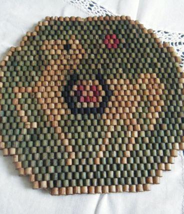 Dessous de plat ancien en perles de bois Travail artisanal