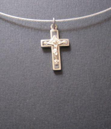 Ancienne petite croix ,en métal blanc avec raz de cou