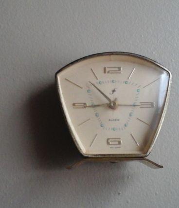 Reveil alarme ancien vintage 60's mécanique noir et doré