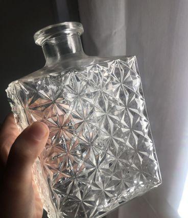 Carafe à whisky en verre moulé