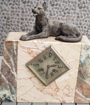 Ancienne horloge en marbre avec décor loup