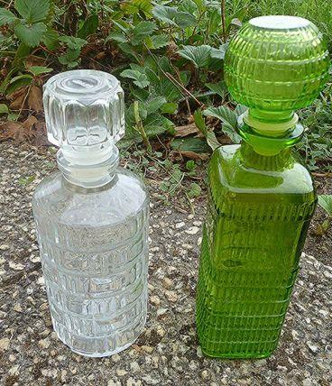 lot de 2 anciens flaçons en  verre , vintages