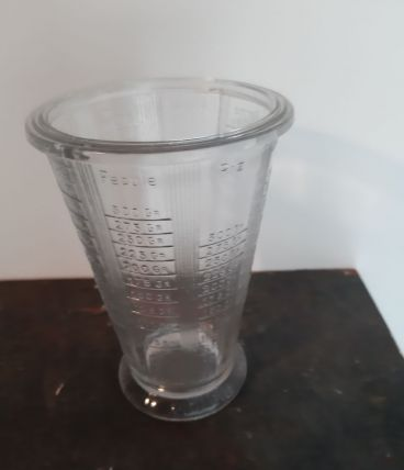 Ancien verre doseur gradué en verre épais
