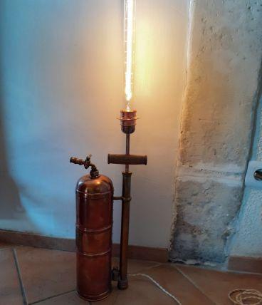 ancien pulvérisateur monté en lampe