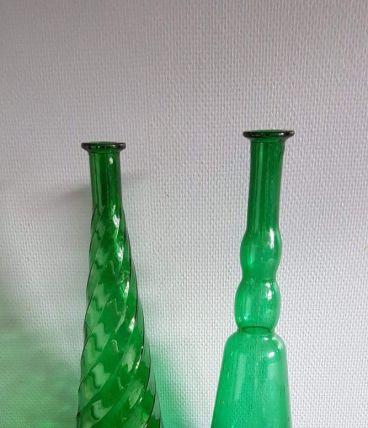 lot de 2 bouteilles carafes vertes dont 1 torsadée vintage