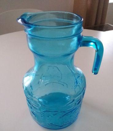 Carafe en verre moulé bleue