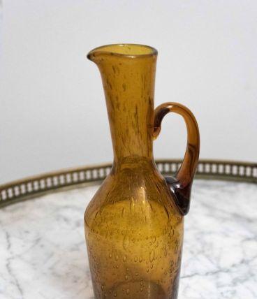 Petite carafe ancienne en verre soufflé ambré