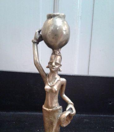 Statuette en laiton porteuse  d eau