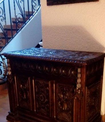 Coffre ancien style Renaissance en bois sculpté