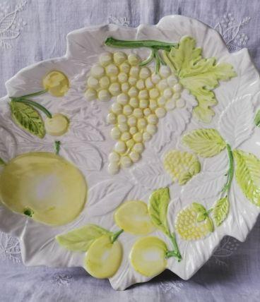 Grand plat barbotine Chaumette décor fruits