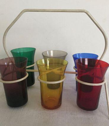 Ensemble de 6 verres multicolores dans leur support, sixties