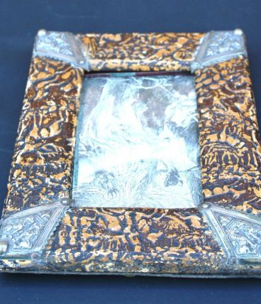 Cadre à poser en carton bouilli et métal argenté. 16 x 12 cm