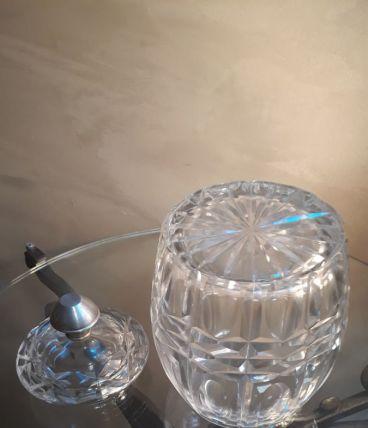 bonbonniere cristal  tres epais taillè et ciselè   , dans le