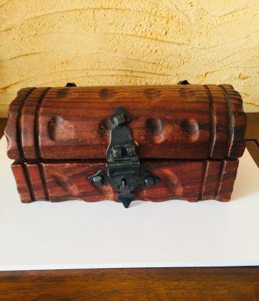 Jolie boîte coffre en bois